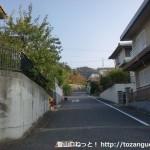 みさき公園駅から飯盛山の登山口に行く途中の住宅街の階段を上ったところ