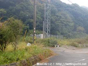 佐瀬川バス停の200mほど北側にある林道の入口