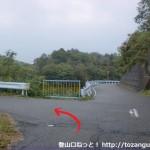 猿坂峠の養魚池前T字路