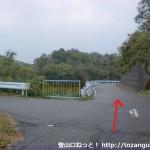 猿坂峠の養魚池前のT字路を真っ直ぐ進む