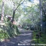 鳴滝不動尊前の林道