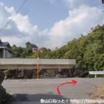 六十谷駅から岩神山の登山口に行く途中で住宅街から車道に出るところ