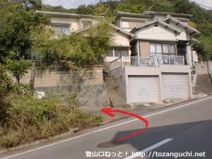 岩神山の登山口(六十谷駅方面)の手前で林道に入るところ