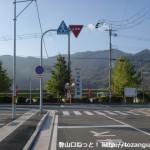 JR妙寺駅前の車道を南に進み、紀ノ川の手前のT字路にぶつかったところ