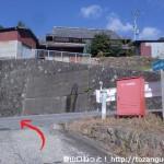 南海電鉄上古沢駅から不動谷に降り、国道370号線に登り返したところ