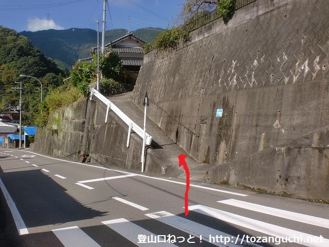 南海電鉄上古沢駅から不動谷に降り、国道370号線に登り返したところにある二ツ鳥居への登り口