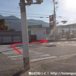 国道370号線の幡川交差点の横断歩道を渡るところ