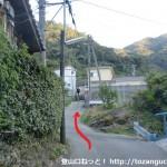 別所越えの登り口手前の住宅街の坂道(海南市)