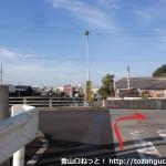 北栄橋の西側の川沿いの道のT字路