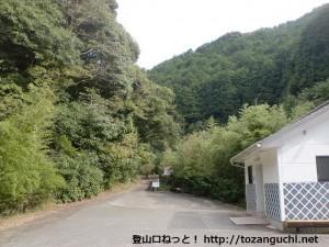 鹿ヶ瀬峠越えの手前にある金魚茶屋の駐車場と公衆トイレ(熊野古道)