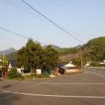 県道から白岳登山口に続く林道への分岐地点の画像