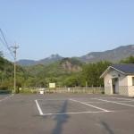 白岳(白嶽)登山口入口にある駐車場とトイレの画像