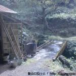 真妻山の観音堂コース入口にある炭焼き小屋前