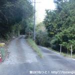 県道たかの金屋線から林道田尻谷線への分岐地点