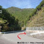 新桂木トンネル手前の分岐から白馬山登山口へ向かう所の入口