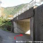 笠松バス停の下で国道をくぐるところ
