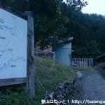 小森集落最奥部にある果無山脈越え(安堵山・冷水山)の登山口から登山道を見る