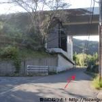 山中渓駅北側で高速の高架をくぐるところ
