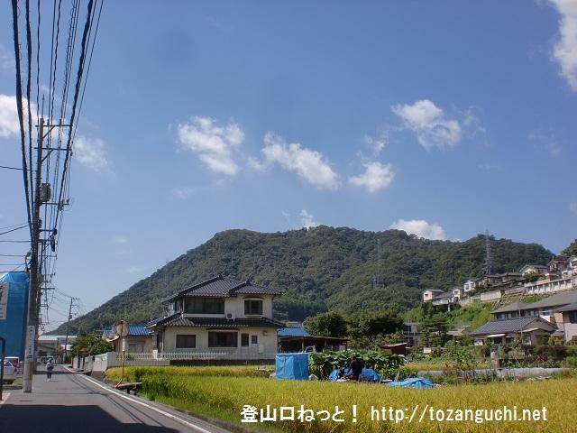 日浦山の影登山口に行く途中の車道から見る日浦山の山並み