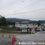 長岳寺前にある山の辺霊園の駐車場前