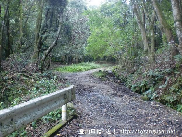 芳山(奈良)の登山道入口から見る登山道