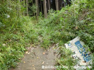 小鹿野集落にある鳥見山登山口(鳥見山公園登山道・東海自然歩道入口)