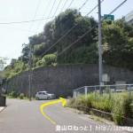 行者山の登山口となる錦龍ノ滝への林道の入口前