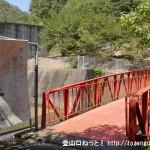 錦龍ノ滝の登山道入口にある赤い橋