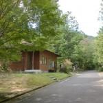 三倉岳県立自然公園のキャンプ場管理棟前のT字路