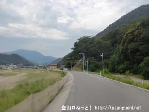 高松山の登山口前の堤防の道路