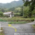 鍋谷城址の登山口に行く途中の井原氏館跡手前の分岐