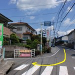 中野東駅から県道274号線を進みT字路から瀬野川中学校・中野小学校方面に入るところ