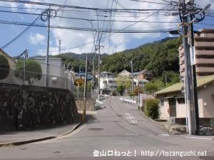 JR中野東駅西口前の高城山・蓮華寺山登山口方面に向かう車道の入口