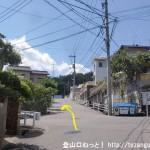 JR中野東駅から高城山・蓮華寺山登山口方面に向かう途中の住宅街の十字路