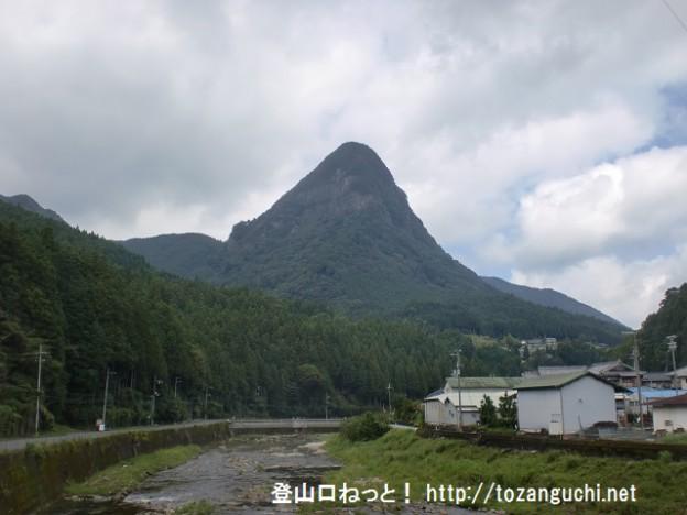 青蓮寺川から見る鎧岳