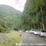 明神岳の登山口手前の林道沿いに駐車している車