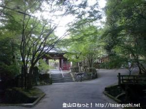 上峰山寺の山門前