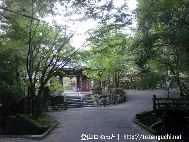 ポンポン山の登山口 上峰山寺と本山寺にアクセスする方法