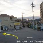 JR津田駅の北側の踏切を渡ってすぐに左折するところ