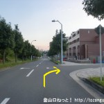 JR津田駅のから国見山の夫婦岩側の登山口に行く途中のマンション前で右に入るところ