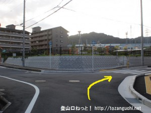 JR津田駅北側のマンション前の三差路を右折