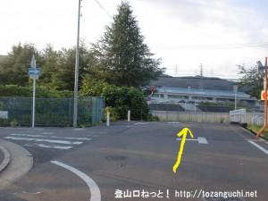 JR津田駅北側のマンション前の三差路を右折したすぐ先を直進