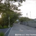 JR津田駅から交野市いきものふれあいセンターに行く途中のグラウンドの横の車道