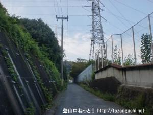JR津田駅から交野市いきものふれあいセンターに行く途中の変電所横の小路