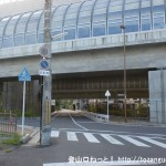 フドウ36号線の倉治交差点を左折した先で第二京阪道路の高架下をくぐる