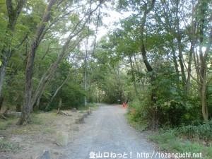 京阪電車の私市駅から交野山と月ノ輪ノ滝の登山口に行く途中の小路