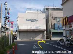JR四条畷駅北側の踏切前を右折