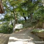 慈眼寺(飯盛山登山口)の本堂左奥にある登山道の入口