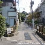近鉄の額田駅前の枚岡公園に向かう住宅街の小路