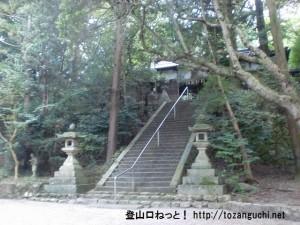 掃守神社(天羽雷命神社)の石段前